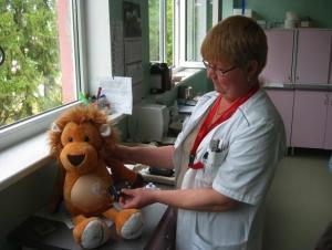 Irene Zaslavskaja (diabeediõde), kes näitab, kuidas diabeedihaiged lapsed kasutavad insuliinipumpa. - pics/2011/08/33211_1_t.jpg