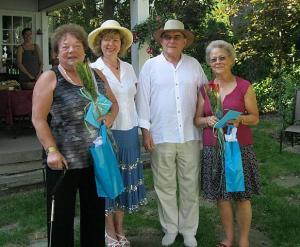Klubi esimees tänab majaperenaisi. Vasakult Eha Õunpuu, Tiiu Kristina Võhma, Guido Laikve ja Sirje Saumets. Foto: V. Rannu  - pics/2011/08/33213_2_t.jpg