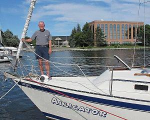 Dr. Ants Toi oma purjepaadil Quinte'i lahe jahtklubi sadamas. Foto: A.R.  - pics/2011/08/33214_1_t.jpg