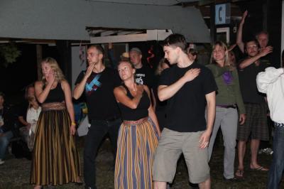 Rahavatantsu huviring esines lõpuõhtul Elise Kõre juhendusel mitme huvitva tantsuga.  - pics/2011/08/33343_124_t.jpg