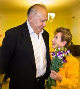 Neeme ja Liilian Järvi säravad Estonia kontserdisaalis oma kuldpulmapäeval 2. septembril. Parima kingituse oma abikaasale tegi Neeme Järvi ise, dirigeerides sel kaunil päeval ERSOt taas peadirigendina. Foto: Tiit Mõtus  - pics/2011/09/33440_1_t.jpg