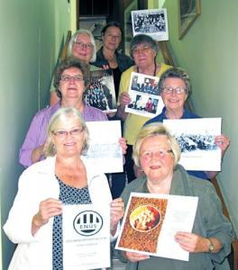 Fotonäituse panid üles ENÜSi liikmed (vasakult) Kaja Telmet, Vaike Külvet, Helge Kurm, Maret Truuvert, Asta Lokk, Aimi Zechanowitsch ja Annaliisa Luik.  - pics/2011/09/33542_1_t.jpg