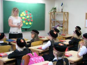 Foto: Õpetaja Egle tervitab oma õpilasi esimeses tunnis. Foto: T. Pikkur  - pics/2011/10/33659_1_t.jpg