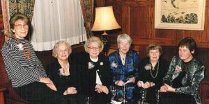 2001  -  90. a juubel Toronto Ülikooli Faculty Club'is. Vasakult: Laine Pant, Ksenia Rungi, Dagmar Võsu, Aino Suits (Tartu-aegsed Seltsi liikmed), Asta Luik ja aktusekõneleja, kirjandusteadlane Rutt Hinrikus Tartust.  - pics/2011/10/33669_2_t.jpg