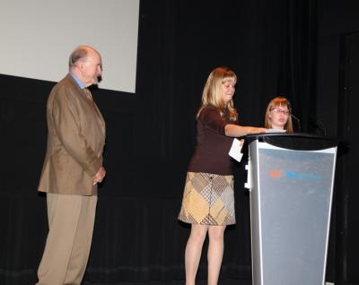 Vasakult Osvald Timmase fondi volinik Toomas Saar, Krista Spence ja Victoria Hutchings - pics/2011/10/33778_1_t.jpg