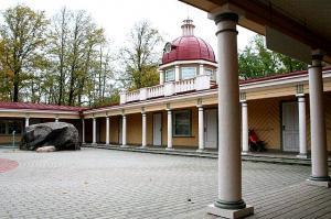 JÄÄV: Selle erilise puumaja sammaste taga asuv lastemuuseum Miia-Milla-Manda sai just 2-aastaseks. Aga majal endal on 75. juubel. See ehitati 1936/37 Kadrioru Lastepargi paviljoniks ning kuigi seda kunagi ümbritsevad basseinid ja tribüünid on läinud, võeti maja õigel ajal muinsuskaitse alla. Mänguplatsi keskel ilutseb kunagise basseini suur liug, millest saab ikka alla lasta – liiva sisse! Muuseumis on muuseas omaaegse viie erineva ametimehe tööruumid: vürtspood, postkontor, kellassepa- ja õmblustöökoda ja fotoateljee. Siin saab (mängult) suusatada ja purjetada ja päris ehtsat Aleksandri kooki süüa. - pics/2011/10/33821_2_t.jpg