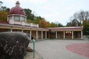Muuseum Miia-Milla-Manda ees lõpetas kunagi oma jääaegse rännu 1,8 meetri kõrgune kivimürakas ehk rändrahn, mida rahvasuus Nööpnõelapeaks nimetatakse. Fotod: Riina Kindlam - pics/2011/10/33821_6_t.jpg
