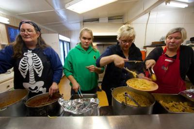 Köögi perenaised maitsvat toitu serveerimas: Sandy Vilde, Kristiina Soolepp, Linda Soolepp, ja Aili Hutchings. Foto: Kerly Ilves - pics/2011/11/33906_5_t.jpg