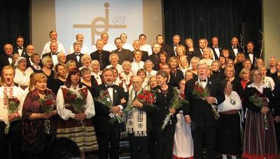 Kontserdi lõpp. Juubilar Roman Toi (keskel) ja koorijuhid/solistid on ühinenud rõõmsas ning ülemeelikus impromptu lisapalas. Foto: E. Purje  - pics/2011/11/33971_1_t.jpg
