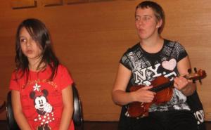 Ansambli juht Kadri Giannakaina Laube pisitütrega duetti laulmas. Foto: E. Purje  - pics/2011/11/34013_1_t.jpg