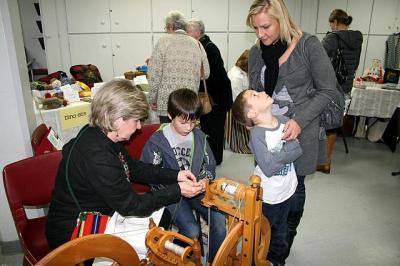 Pildid: Katrin Eliste  Tiina Ets õpetab ketramist.   - pics/2011/12/34249_1_t.jpg