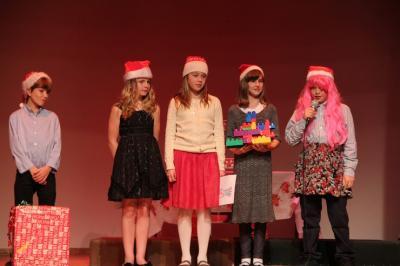 """Emakeele 4. klassi õpilased esitamas """"Jõulutaadi luuletus"""" - pics/2011/12/34371_16_t.jpg"""