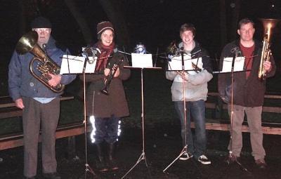Jõululaulude esitamist metsajõulupuul saatis skaut-/gaidorkestri kvartett koosseisus Enn Kiilaspea, Elin Marley, Kristjan Naelapea, Tõnu Naelapea. Foto: EE  - pics/2011/12/34454_1_t.jpg