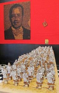 """Taustal on piparkoogipresident ehk T.H. Ilvese piparkoogimosaiik portree. Viie päeva jooksul küpsetasid Eve Arpo ja Riin Rõõsa neljast kilost tainast 5500 eri värvi piparkoogikuubikut, mis siis presidendiks kokku laoti. Ees valvab teda """"Hiina esimese keisri piparkoogiarmee"""", kuhu kuulub 150 sõdalast ja 20 sõjaratsut. Autorite Sirje Kadalipu ja Piret Paadi jaoks oli tegelaste glasuurimine paras käeharjutus. Foto: Riina Kindlam    - pics/2011/12/34519_1_t.jpg"""
