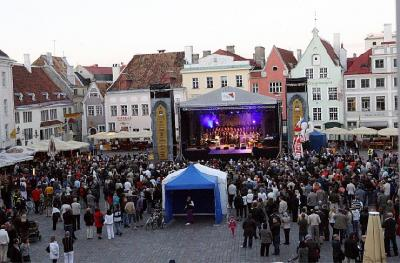"""Foto: Tallinna Vanalinna päevadel loodud """"Big-bandi Tsunfti"""" esimene kokkutulek Raekoja platsi laval. Autor: Viktor Burkivski - pics/2011/12/34536_1_t.jpg"""