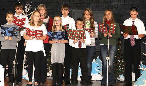 Osa vanemate rühma laulukoorist esinemas lauludega 'Lumehelbed' ja 'Kolm purjalaeva randus meil'. - pics/2012/01/34677_002_t.jpg