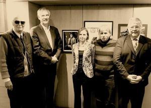 Vello Muikma näituse avamisel Tartu College'is 14. jaanuaril. Vasakult Ed Stewart, Jaan Meri, Piret Noorhani, Nick Buczok ja Harold Clark. Foto: Peeter Põldre   - pics/2012/01/34832_001_t.jpg