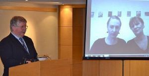 Kõneleb Vello Muikma õpilane Harold Clark. Skype'i vahendusel osalesid näituse koostajad Ellu Maar ja Eha Komissarov Eestist. Foto: Taavi Tamtik  - pics/2012/01/34832_002_t.jpg