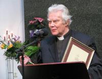 Fotol on Toomas Paul Eesti Kirikute Nõukogu oikumeenilist aastapreemiat 2011 vastu võtmas. Preemia anti talle märkimisväärse panuse eest ristiusu hingelähedasel kuulutamisel. T.P. - pics/2012/01/34834_001_t.jpg