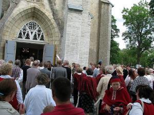 Foto: Nissi kirik ei tahtnud suvel ära mahutada kogu rahvast, kes saabunud Lääne-Harju praostkonna laulupäevale. T.P - pics/2012/01/34835_001_t.jpg