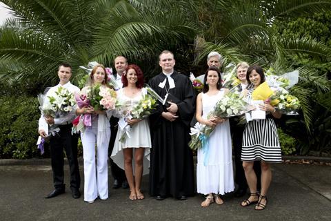 Sydney Jaani koguduse õpetaja Meelis Rosma ja tema esimene eestikeelne leerikursus Austraalias. Foto: Nänsi Pahlbergi erakogu  - pics/2012/01/34983_001_t.jpg