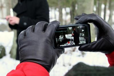 Osalejad proovisid prügikaardistamist nutitelefonidega F; autor Foto. Nele Hendrikson  - pics/2012/02/35017_001_t.jpg