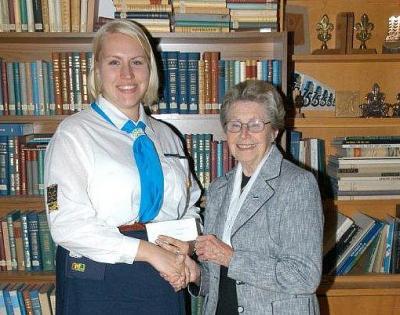 Piret Truuverti mälestuspreemia anti 2011. aastakoosolekul gdj. Elli Kipperile; preemia andis üle dr. Maret Truuvert. Foto: skm Enno Agur  - pics/2012/02/35048_002_t.jpg