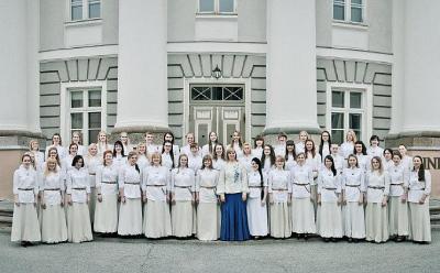 Tartu Ülikooli Akadeemiline Naiskoor ülikooli peahoone ees.Keskel dirigent Triin Koch.  Foto: Mait Jüriado  - pics/2012/02/35049_001_t.jpg