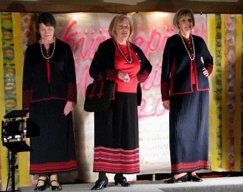 Alati elegantset rahvuslikku rõivamoodi demonstreerisid Triinu Pert, Tiina Timusk ja Reet Sepp. Foto: Ene Timmusk  - pics/2012/02/35151_002_t.jpg