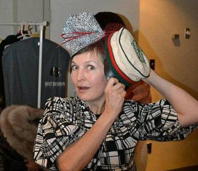 Dilemma: kas moodne kübar või traditsiooniline tekkel. Ellen Valter proovib lahendust leida. - pics/2012/02/35151_003_t.jpg