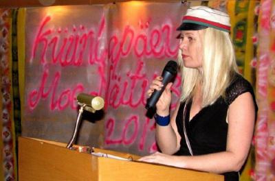 Vil! Merli Tamtik küünlakuu kombestikku tutvustamas. Foto: Ene Timmusk  - pics/2012/02/35151_004_t.jpg