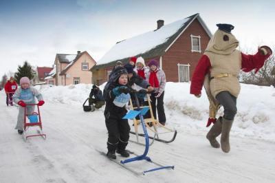 RÄNDUR RÄÄBIS julgustab tõukekelkudega võistlevaid lapsi Kolkja külas Peipsi ääres. Foto: Jaak Nilson - pics/2012/02/35250_001_t.jpg