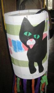 Piñata sarnane taani vastlakarnevali komme virutada kurikaga maiustustega täidetud tünni on pärit keskajast. Tünnile on joonistatud must kass, aga vanasti pandi sisse päris must kass! Kui see lõpuks välja pääses, aeti ta külast välja ning usuti, et nii kadusid ka ebaõnn ja halvad vaimud. Fotod: Maimu Nõmmik - pics/2012/02/35336_003_t.jpg