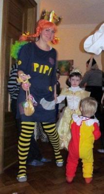 """Taani vastlapeol Tallinnas olid kohal Pipi Pikksukk, printsess ja kloun – see oli lastekarneval. Taanis käivad vastlate puhul kostüümides lapsed uksest ukseni laulmas: """"Kuklid üles, kuklid alla, kuklid minu kõhus – kui ma kukleid ei saa, teen pahandust!"""" - pics/2012/02/35336_005_t.jpg"""