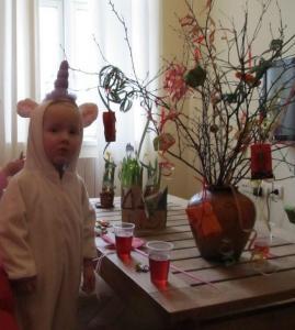 Kaunistatud kaseoksad anti hiljem pidulikult üle paremini kostüümeeritud perele ja ka lapsele. Fotod: Riina Kindlam - pics/2012/02/35336_006_t.jpg