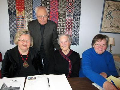 Seltsi juhatuse liikmed Vaike Külvet, Tamara Norheim-Lehela, Mare Kask, taga: koosoleku juhataja Arvo Vahtra. Foto: V. Külvet - pics/2012/03/35526_002_t.jpg