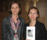 """Piret Noorhani süstib lektorisse kingituse kaudu kohalikku """"Tartu vaimu"""". Foto: E. Purje  - pics/2012/03/35636_001_t.jpg"""