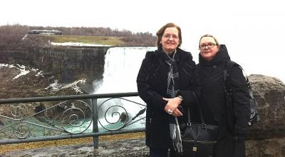 Foto CAP: Inna Kramer (par.) ja Lea Kõiv Niagara kose juures. Foto erakogust  - pics/2012/04/35884_001_t.jpg