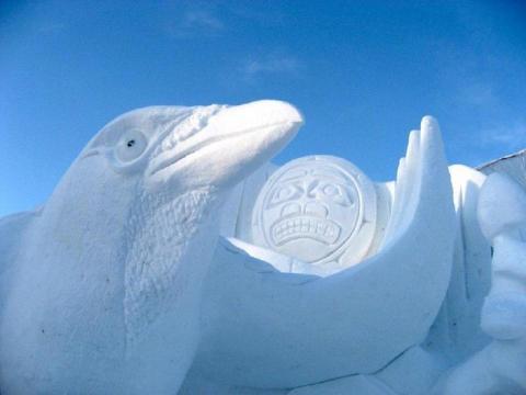Lumefaktuure, tahke ja varjusid on tihti raske fotole jäädvustada. Selle, 2007. a. Kanada talimängudeks Whitehorse'is loodud teose puhul paistab aga hästi välja ronk ehk kaaren ja tema päikesemask. See on suurim taies, mille teostamisel Yukoni lumevoolijad kaasalöönud on (60 jalga pikk ja 20 kõrge ehk 18 x 6 m). Fotololevale lisaks vooliti lumest ka hunt kuumaskiga. Kohalikud esmarahvad jaotavad end ronga ja hundi klannidesse. Foto: Snowcarver.ca - pics/2012/04/35950_001_t.jpg