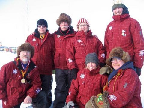 """Selline oli lumeskulptorite """"Team Canada"""" 2009. a. hooaja lõpus Whitehorse Yukonis. Ülal vasakult: Calvin Morberg, Donald Watt, Evi (Jaamul) Watt ja Gisli Balzer. All vas. Peter Lucchetti, Shai Baxendale ja Michael Lane. Don (kapten), Michael ja Gisli on võistkonna selgroog ja põhiliikmed. Foto: Snowcarver.ca - pics/2012/04/35950_002_t.jpg"""