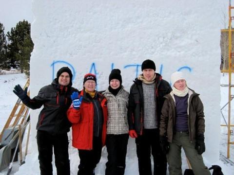 """Balti võistkond poseerib läinud jaanuaris oma puhta """"lumelõundi"""" ees Breckenridge Colorados. Vas. Lauri Tamm, Evi Watt Kanada võistkonnast, Jana Huul, Agu Trolla ja Inese Valtere-Ulande. - pics/2012/04/35950_011_t.jpg"""