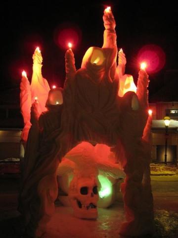 """Sellist valguse-, varju- ja tulemängu saab ka lumeskulptuuriga teha. See on Kanada Yukoni võistkonna möödunud talve meistriteos """"Spirits of the Aurora"""" ehk virmaliste vaimud, nii nagu seda kirjeldab inuitide legend. - pics/2012/04/35950_028_t.jpg"""