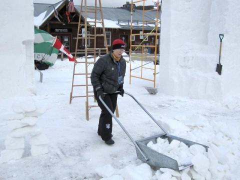 Ja alati on väga palju lund koristada. Evi töö ei lõpe iial...    Fotod: Snowcarver.ca - pics/2012/04/35950_029_t.jpg