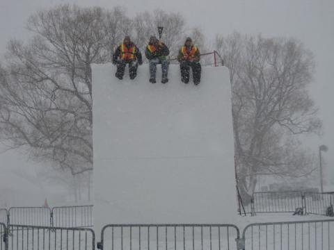 """""""Noh sõbrad, hakkame pihta!"""" Yukonlased rõõmustavad väga, et Ottawa Winterlude'il kingitakse neile lausa """"16-ne jala"""" (pea viie meetri) kõrgused lumeblokid. - pics/2012/04/35950_031_t.jpg"""