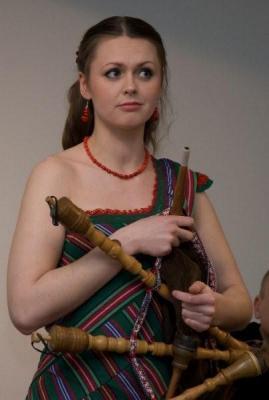 Triinu Taul oma torupilliga New Yorgi Eesti Majas. Fotod: Siiri Lind - pics/2012/04/36002_005_t.jpg