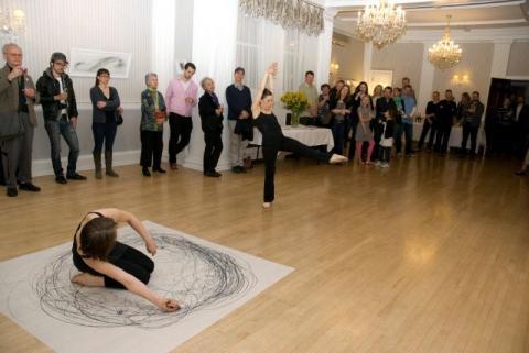 """Koosesinemine ehk ühine  """"performance"""": joonistab Jaanika Peerna ja tantsib Jane Thornquist. Seintel on Jaanika kunst. - pics/2012/04/36002_006_t.jpg"""