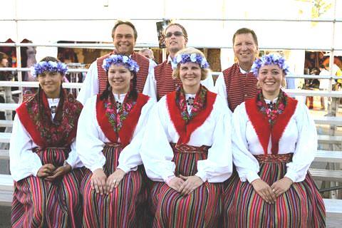 Virmalised The National Folk Festival'il 2012 Canberras. Selle aasta folgifestival Canberras lõi publiku rekordeid. Eestlased aitasid sellele kaasa üpriski tagasihoidlikult, kuid tähtis on osavõtt ja nendeks osavõtjateks olid taaskord Virmaliste rahvatantsugrupi liikmed Sydneyst. Eesti rahvatantsijad on Tiina ja Madis Alvre eestvedamisel festivalil osalenud juba aastaid. Seekordsel festivalil oli Virmaliste rahvatantsurühm esindatud koosseisus: (fotol esireas vasakult) Merka Viigisalu, Kara Nurm, Tiina Alvre, Kati Koreneff; (tagareas vasakult) Steven Buchert, Jüri Perendi, Madis Alvre.  - pics/2012/05/36207_002.jpg