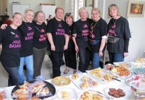 """Basaari kohvik oli endiselt populaarne! Laual hea kraam, laua taga head """"kohviklased"""", kes kiire tempoga, aga väikese vaevaga müüsid laua tühjaks: Paula Kulpa, Diana Kulpa, Anne Kulpa, Marina Väli, Eneke Mirka, Tiiu Jaason ning kohviku korraldajad Leida Sepp ja Tiia Remmelkoor. Foto: Maaja Matsoo - pics/2012/06/36502_004_t.jpg"""
