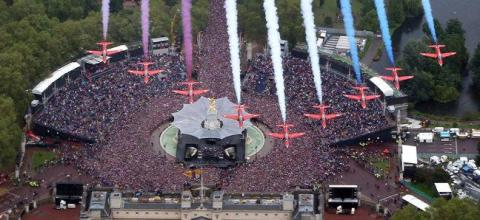 The British Royal Air Force Red Arrows fly in formation over Buckingham Palace in London to celebrate Queen Elizabeth's Diamond Jubilee as the royal family stood on the balcony Tuesday June 5, 2012. (AP / Peter Macdiarmid) - pics/2012/06/36551_001_t.jpg