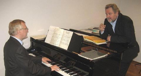 Fotol on pianist Peep Lassmann ja bariton Avo Kittask kontserdi harjutushoos Eesti Muusikaakadeemia rektori Lassmanni stuudios.  - pics/2012/06/36577_001_t.jpg